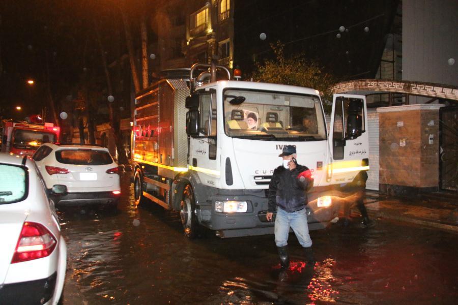 گزارش تصویری/تلاش و همت پرسنل آتش نشانی و پسماند شهرداری رشت برای رفع آب گرفتگی خیابان ۱۶۹ گلسار