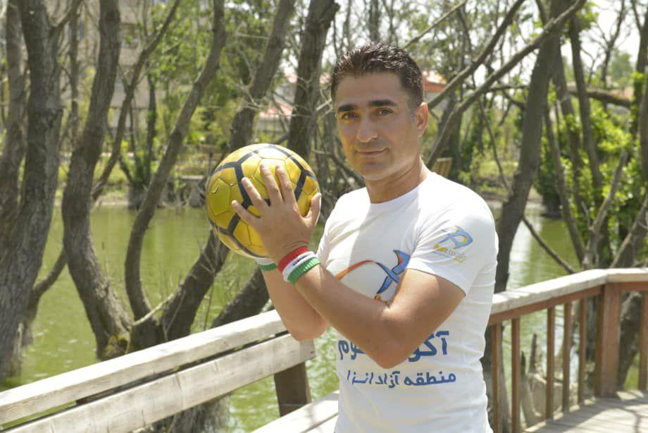 حرکت نمایشی مهدی حب درویش رکوردار روپایی در حمایت از تیم ملی